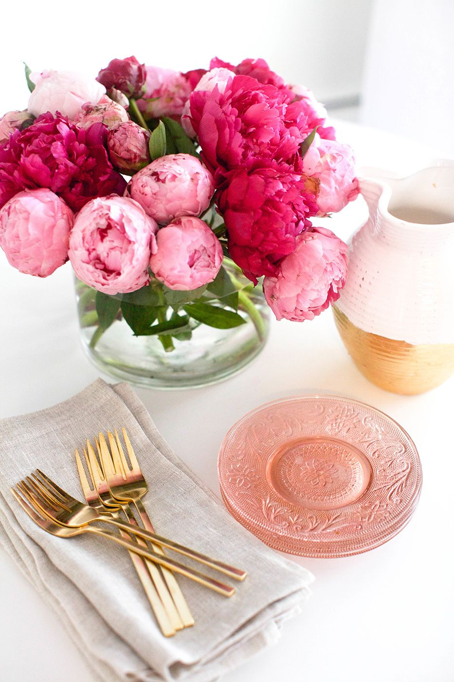5 Incredible Flower Arrangements For a Last-Minute Dining Room Decor 2